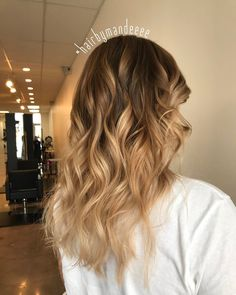 I can tell summer is coming! Adding blonde just makes you feel some type of way ! #hairbymandeeee #balayage #ombre #blondehair #highlights #curlyhair
