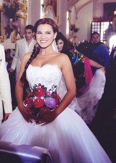 Maite Perroni vestido de novia con flores mexicanas.