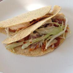 Aprende a preparar tacos de cerdo con salsa roja con esta rica y fácil receta. Los tacos son uno de los platos mexicanos más conocidos y preparados a nivel mundial....