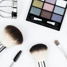 Lockdown vorüber 😀 (R)ausgehen und stylen heißt es nun. Martina stellt dir ihre Produktfavoriten vor. Schau vorbei auf bloghouse.io und lass dich inspirieren …  #styling #hairstyle #hair #care #beauty #products #blog #bloghouseio Makeup Box, Makeup Brush Set, Makeup Tips, Diy Makeup, Makeup Tutorials, Makeup Products, Makeup Ideas, Beauty Makeup, Beauty Products