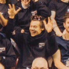 I love a dad in his own merch Harry Styles Baby, Harry Styles Pictures, Harry Edward Styles, Louis Y Harry, Harry 1d, Niall And Harry, Mon Cheri, This Man, Beautiful Boys