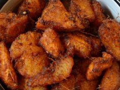 Plantain frit avec des pois africains avec de la viande ou du poisson ou des oeufs avec du gari ( farine de manioc parsemer sur les pois africains)
