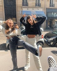Selfie Poses Mirror How To Take - Selfie Cute Friend Pictures, Best Friend Pictures, Friend Pics, Mode Outfits, Trendy Outfits, Fashion Outfits, Insta Outfits, Skater Outfits, Instagram Outfits