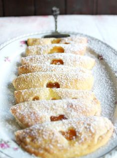 Fruity quark pockets - kitchen deers-Fruchtige Quarktaschen – KüchenDeern Skinny Curd Cheese Turnover filled with jam Easy Cake Recipes, Brunch Recipes, Cookie Recipes, Dessert Recipes, Pizza Recipes, Cheap Recipes, Snacks Recipes, Food Cakes, Bakery