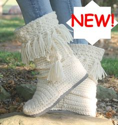 NEW FOR FALL 2016!!  PATTERN ONLY! NOT A FINISHED PRODUCT! ENGLISH TERMS ONLY!!    FRINGE MUKLUKS  These boots are free standing and sturdy. They look great with jeans or leggings. A warm and cozy looking boot for the upcoming season.    INSTANT DOWNLOAD This pattern is available for an instant download. Once the payment is confirmed, you will receive an email with a download link (it can take approximately 5 minutes).  This information is for PATTERN ONLY.  The Boots are made with two…