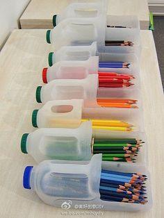materiales: botella plastica y tijeras  1) tomas la botella plastica y le haces la forma de un cuadrado   lo sufientemente grande en la parte de inferior de la botella para que puedas guardar lapices u otras cosas