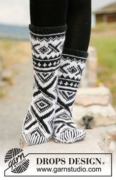 "Shadowfax - Knitted DROPS socks with Norwegian pattern in ""Karisma"". - Free pattern by DROPS Design"