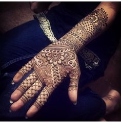 Mehndi is one of the most important. It is a loved one and never gets old designs. There is a lot of verity of latest mehndi designs for you. Dulhan Mehndi Designs, Mehandi Designs, Latest Bridal Mehndi Designs, Wedding Mehndi Designs, Henna Mehndi, Indian Henna, Henna Art, Heena Design, Mehndi Simple