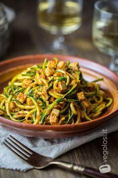 Spaghetti di zucchine con crema di peperoni e tofu croccante