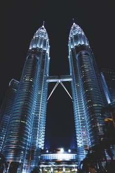 Places To Travel, Places To See, Kuala Lampur, Petronas Towers, Beautiful Places To Visit, Capital City, Building Design, Amazing Architecture, City Photo
