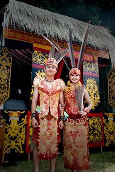 culture festival - dayak tribe Borneo Travel, Vietnam Costume, Traditional Wedding Attire, Costumes Around The World, Carnival Festival, Ethnic Dress, Traditional Clothes, Wedding Preparation, Scarf Design