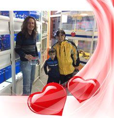 Kilian y su madre enamorados de los peces. Enamorados de tus mascotas en Tienda de Animales El Cuélebre