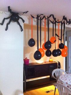 If you are looking for ideas to decorate your house in Halloween, then you are going to LOVE these DIY Halloween decorations. Keep reading for the most scary, fun, and easy Halloween Decor this year. Diy Halloween, Bureau Halloween, Halloween Karneval, Adornos Halloween, Halloween Designs, Halloween Party Games, Halloween Birthday, Halloween Themes, Scary Halloween