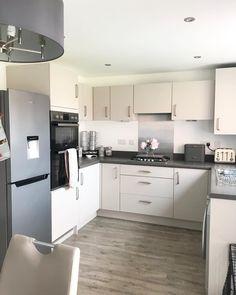 Apartment Kitchen, Kitchen Interior, New Kitchen, Kitchen Decor, Kitchen Design, Kitchen Ideas, Log Home Kitchens, Grey Kitchens, Barratt Homes Interiors