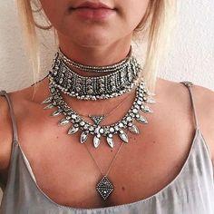 Collier créateur Retrouvez la sublime collection de collier créateur élégant et tendance de la saison. Son allure glam, bohème et chic sublimera vos tenuescet été. Découvrez la boutique de bijoux…