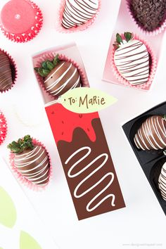Free Printable Chocolate Covered Strawberry Valentine's Day Gift Boxes by Design Eat Repeat! Valentines Baking, Valentines For Singles, Valentines Gift Box, Valentines Day Chocolates, Valentine Chocolate, Valentines Day Desserts, Valentine Cookies, Chocolate Wrapping, Chocolate Gift Boxes