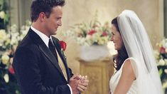 """17 May 2001 — Matthew Perry as 'Chandler Bing' & 'Monica Geller' in """"Friends"""" 💠 Best friends 'Monica' & 'Chandler' tie the knot in a beautiful heartfelt ceremony, w/ Joey acting as officiator, in Season 7 Serie Friends, Friends Cast, Friends Moments, Friends Show, Chandler Bing, Ross Geller, Tv Show Couples, Movie Couples, Phoebe Buffay"""