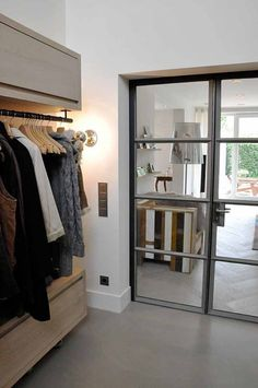 Ontwerp en uitvoering totaalinterieur could be mirrored doors Interior Windows, Room Interior, Interior Design Living Room, Interior And Exterior, Style At Home, Best Closet Organization, House Entrance, Villa, Windows And Doors