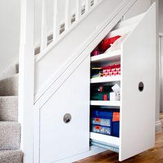 rangement sous escalier par Avar Furniture avec tiroirs pratiques blancs