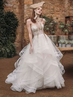 Romantisches Brautkleid mit Spitzenapplikationen auf dem Oberteil und raffinierter Rückenansicht. Wedding Dresses, Fashion, Gown Wedding, Curve Dresses, Bride Dresses, Moda, Bridal Gowns, Wedding Dressses, La Mode