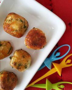 En güzel mutfak paylaşımları için kanalımıza abone olunuz. http://www.kadinika.com GünaydınnnnnHayirli Cumalar en bi sevdiklerimmm Peynir Köftelerimiz İçin  Malzemeler : 250 gr.@muratbeypeynir Van otlu peyniri 1 adet #yumurta 3-4 dilim bayat #ekmek içi 1-2 daldereotu 1-2 dal maydanoz pulbiber arzuya göre tuz Kızartmak için Ayçiçek yağı Yapılışı: Yeşillikleri ince ince kıyıp geniş bir kaseye alıyoruz. İçine yumurtayı kırıyoruz ve karıştırıyoruz. Peynirimizi ve iyice ufalanmış ekmek içimizi…