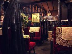 一歩中に入ると、優雅でロマンあふれる世界が広がっています。名曲喫茶という名の通り店内にはクラシックが流れており、ゆったりとした時間を過ごすことができます。