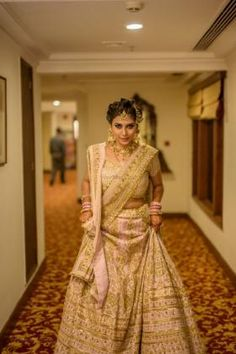 The most unique & gorgeous lehenga dupatta draping styles that'll amp up your entire wedding look. Learn how to drape lehenga dupatta in different styles. Easy and simple ways to drap a lehenga dupatta to look more stylish. Lehenga Chunni, Sabyasachi Lehenga Bridal, Latest Bridal Lehenga, Bridal Lehenga Online, Floral Lehenga, Lehenga Style, Ghagra Choli, Anarkali, Duppata Style