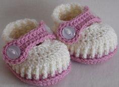 Crochet baby girl shoes for Newborn 0-3 or por Kristineslittleshop