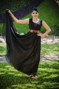 Tela: Chiffon Tipo de bordado: A mano con aguja Región en la que se elabora: Istmo de Tehuantepec Diseño: Falda circular con fajilla en la cintura