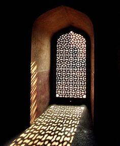 Arabisch patroon raam. Valt ook zelf te maken denk ik met van die rasterplaten voor verwarming?