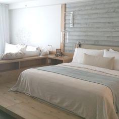 Coup de coeur pour la décoration chambre à l'hôtel The One South Beach Miami avec des lames de bois gris au mur et beaucoup de bois blanchi #decoration #decorasol