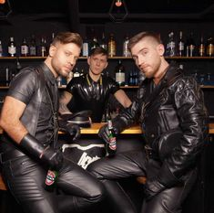 Men's Leather Jackets: How To Choose The One For You. A leather coat is a must for each guy's closet and is likewise an excellent method to express his individual design. Leather jackets never head out of styl Mens Leather Pants, Leather Jacket Outfits, Motorcycle Leather, Biker Leather, Leather Gloves, Leather Jackets, Motorcycle Men, Leder Outfits, Raining Men
