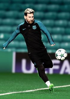 Lionel Messi of Barcelona is seen during a training session prior to the UEFA Champions League match between Celtic FC and FC Barcelona at Celtic Park Stadium on November 2016 in Glasgow, Scotland. Neymar Jr, Cr7 Vs Messi, Messi Fans, Messi 10, Messi Soccer, Football Love, Football Is Life, Good Soccer Players, Football Players