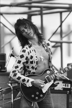 Jeff Beck performs at 'World Rock Festival' at Korakuen Stadium, August (Photo by Koh Hasebe/Shinko Music/Getty Images) Music Film, Music Icon, Los Rolling Stones, The Yardbirds, Jeff Beck, Rock Festivals, Gibson Les Paul, Rock Legends, Blues Rock