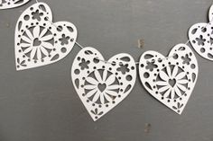 korttiin: laser cut paper heart garland by FairMorningBlue on Etsy, $18.00