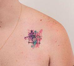 Robson Carvalho  (@robcarvalhoart) on Instagram: Câmera minimalista da Iara. ☺️❤️ @iara_sueroz #minimalista #tatuagemfeminina #tatuagem #aquarela