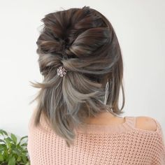 Everything about this look is in point !😍😍 kurze haare flechten videos Everything about this look is in point ! Short Hair Styles Easy, Medium Hair Styles, Curly Hair Styles, Hair Medium, How To Style Short Hair, Elegant Short Hair, Short Hair Simple Updo, Ideas For Short Hair, Short Hair Braids Easy
