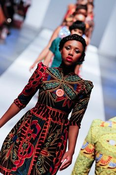 robe africaine wax, manches structurées, gros motifs africains Spring Fashion Outfits, Women's Fashion Dresses, Only Fashion, Girl Fashion, Paris Mode, German Fashion, Travel Clothes Women, Models, Mode Inspiration
