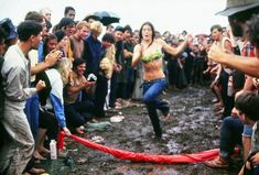 Groovy Color Images of Hippies at Woodstock 1969 put you Right There in the Mud Woodstock Concert, Woodstock Music, Woodstock Festival, Woodstock Photos, Richard Diebenkorn, Joan Mitchell, Camille Pissarro, Mark Rothko, Richie Havens