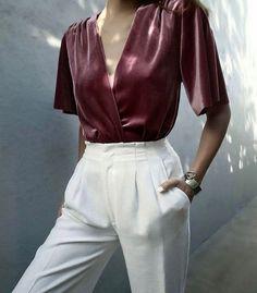 Haut décolleté et pantalon blanc fluide taille haute, parfait pour être chic tout en restant à l'aise ;)