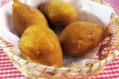 Coxinha Cremosa - http://chefsdecozinha.com.br/super/receitas/boteco/coxinhas/coxinha-cremosa/ - #Boteco, #Coxinha, #CoxinhaCremosa, #Superchefs -  Iguaria apresentada por Maria Angela Cardoso no concurso 'A melhor coxinha do Brasil'   Coxinha Cremosa   Ingredientes 4 xícaras de farinha de trigo 2 xícara e meia do caldo do frango 2 xícaras e meia de leite 1 gema 1 caixinha de creme de leite 1 colher de chá de sal 1 batata média cozida 1 table