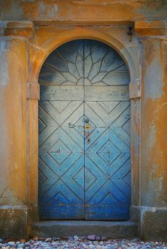 There are entrances to worlds that scream to entered. I would have a hard time not opening THIS door to see whats inside.
