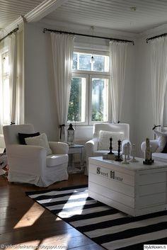 valkoinen,maalaisromanttinen,sisustus,romanttinen,raitamatto,puuvillamatto,sohvapöytä,kynttilät,kynttilänjalka,kynttilälyhty,puuarkku,sohva,olohuone Small Living Rooms, Living Room Designs, Log Homes, Decoration, My Dream Home, Home Furnishings, Farmhouse Decor, Beautiful Homes, Sweet Home