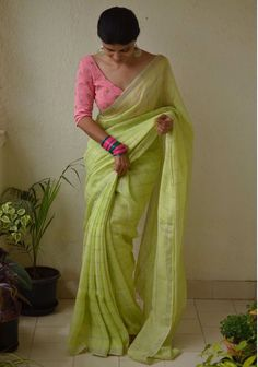 What Are The Best Online Stores To Shop Sarees In India? - Looking to shop sarees online? Check out these amazing Indian websites that have everything from heavy bridal sarees to regular everyday affordable sarees. Trendy Sarees, Stylish Sarees, Fancy Sarees, Simple Sarees, Saris, Indian Fashion Dresses, Indian Outfits, Saree Fashion, Pakistani Outfits