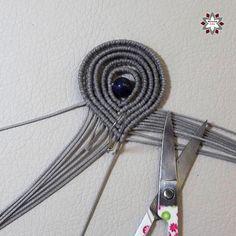 Tutorial: Loops earring – Macramotiv Macrame Earrings Tutorial, Earring Tutorial, Diy Jewelry, Beaded Jewelry, Jewelry Making, Jewellery, Lace Necklace, Macrame Necklace, Macrame Wall Hanger