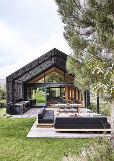 A blackened-timber pergola extends from the modern barn that architect Greg Scott designed for Jody and Deirdre Aufrichtig in the Elgin Valley, an apple- and grape-growing region near Cape Town. Timber Pergola, Modern Pergola, Deck Pergola, Modern Barn House, Modern House Design, Loft Design, Casas Containers, Shed Homes, Building A Shed