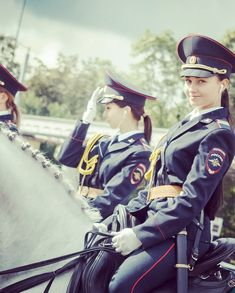 7 Photos of Beautiful Mounted Police Girls From Russia - Militärischer Stil - Women in Uniform Female Cop, Female Soldier, Cop Outfit, Worlds Beautiful Women, Female Police Officers, Girl Outfits, Cute Outfits, Fashionable Outfits, Russia