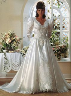 I just wanna take the sleeves off and I would wear this in a heartbeat😊 Beautiful Wedding Gowns, Dream Wedding Dresses, Bridal Dresses, Beautiful Dresses, 1980s Wedding Dress, Wedding Dress Sleeves, Vintage Gowns, Vintage Bridal, Dress Vintage