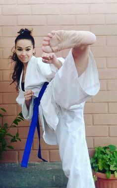 Female Martial Artists, Martial Arts Women, Karate Girl, Barefoot Girls, Military Girl, Art Women, Women's Feet, Jiu Jitsu, Strong Women