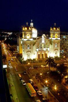 Esta es una iglesia colonial en San Pedro Sula, Honduras. Es única y muy popular.